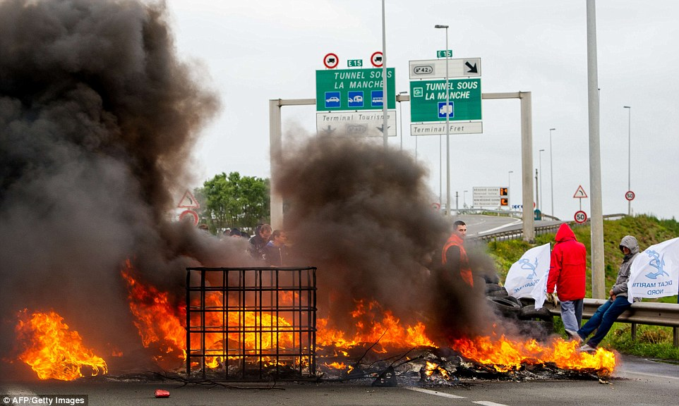 calais proteste fire on street 2015